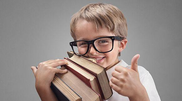 begeisterter junger Leser ©Brian Jackson - stock.adobe.com/fotolia